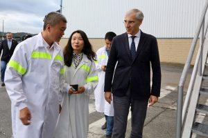Mu Shanbo durante a súa visita ás instalacións en marzo
