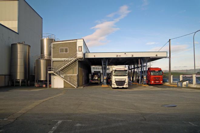 Camións descargando na planta ubicada no polígono industrial de Reboredo
