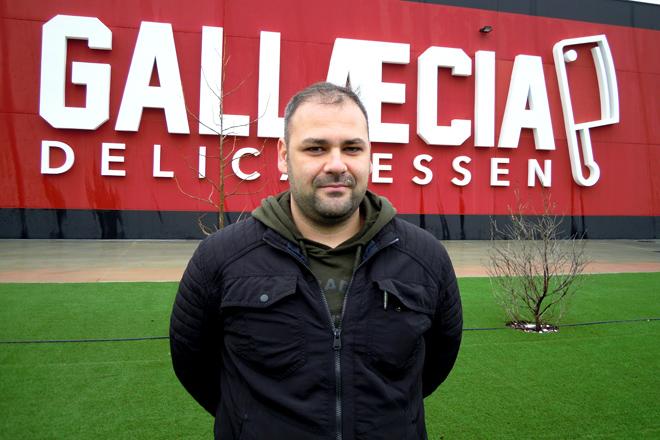 Roberto Hernández, gerente de Gallaecia Delicatessen, delante de las instalaciones de la empresa en el Polígono de Reboredo de Monforte