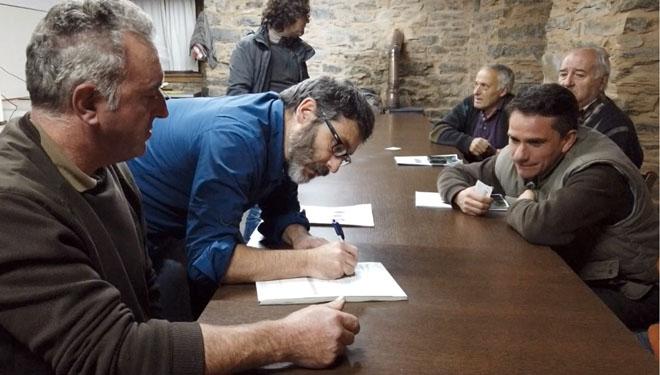 Reunión dos comuneiros co equipo que impulsou a certificación da Devesa en servizos ecosistémicos.