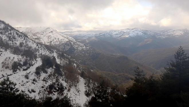 A Devesa encádrase en pleno Courel, rodeada dos principais cumios da serra.
