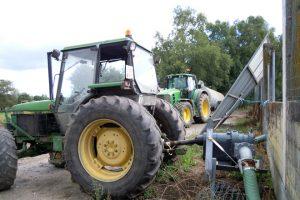 Contan cun sistema que enganchan ao tractor para bombear o purín desde o pozo vello até a fosa nova