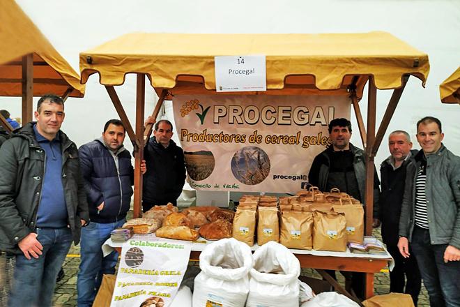 Foto de grupo dos membros de Procegal no stand que a asociación montou en decembro na Feira do Capón de Vilalba. Miguel aparece na marxen dereita, con chaqueta gris e xersei a raias.