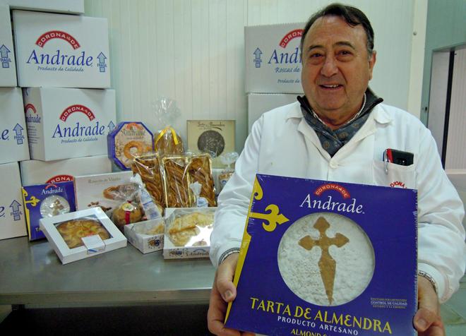Tino cunha tarta de améndoa, unha das 40 referencias que fabrican, no obradoiro da empresa en Vilalba