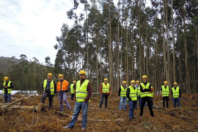 Algúns dos profesionais do sector forestal que acudiron a presenciar a demostración da nova cortadora