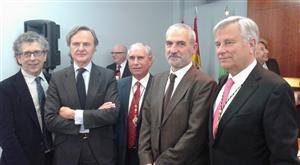 Jorge Santiso, primeiro pola esqueda, recibindo un galardón no ano 2015