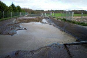 A area, que sobe á superficie, desfana cun axitador e sácana coa cisterna no medio do purín