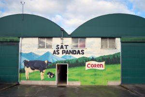Un grafitti obra de Pablo Lage Sanjurjo decora á entrada ao establo