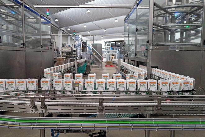 Línea de envasado en la planta de Leche Río en O Ceao de su marca Cremosita