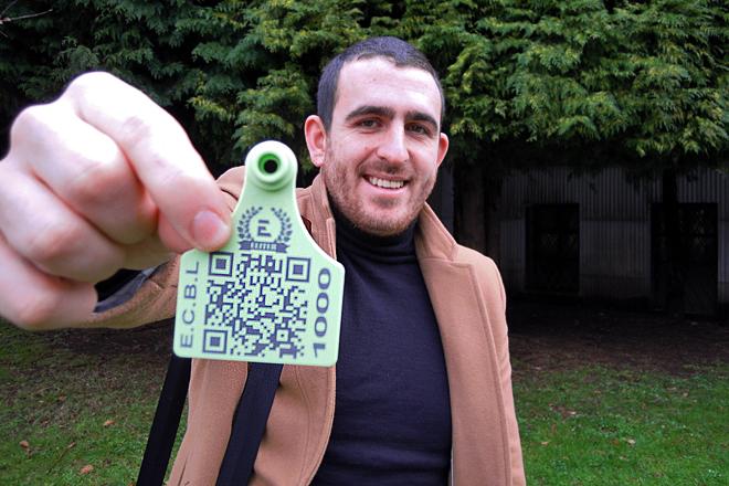 Elio López cun dos crotais que certifican a calidade dos becerros