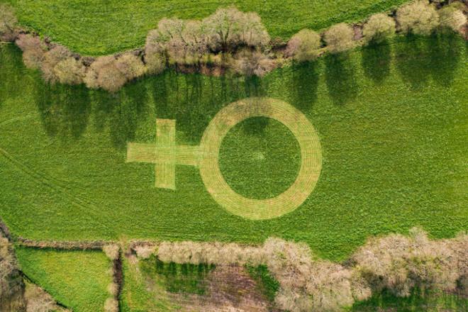 Unha gandaría galega celebra o 8M co símbolo da muller máis grande do mundo