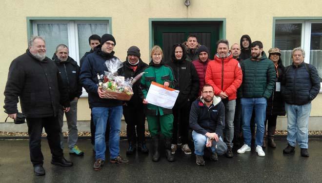 Imaxe do grupo de técnicos de Galicia e do resto da Península que visitou a granxa, con persoal de Addcon e coa coordinadora da gandería, no centro.