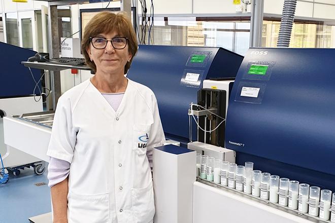 Marisa Barreal Lopez, directora técnica do Ligal, nas instalacións do Laboratorio Interprofesional Galego de Análise do Leite