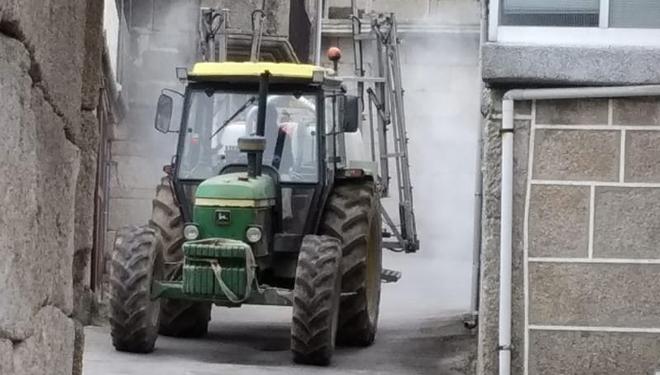 Tractor-ruas-Xinzo-aldeas-Covid19_