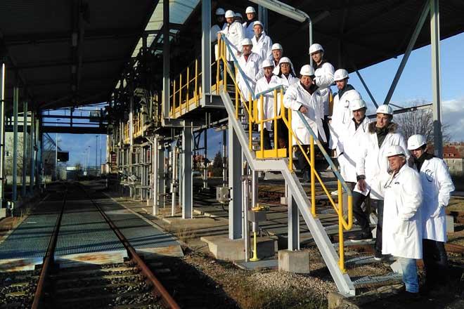 Grupo de técnicos na terminal de carga da planta de Addcon.