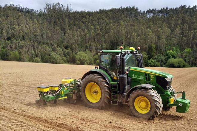 Un dos tractores de Comercial Agropres traballando esta semana na sementeira na zona da Mariña e o occidente asturiano