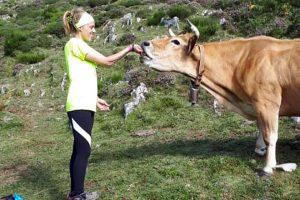 Lucía dando sal a las vacas en Somiedo