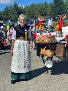 Lucía, vestida con la indumentaria tradicional vaqueira
