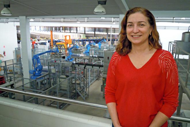 Carmen Lence nas instalacións de Leche Río no Ceao