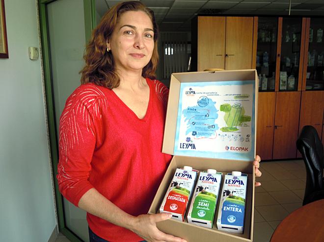 Carmen Lence, con los nuevos envases de Leyma, elaborados con materia prima procedente de bosques sostenibles con certificación FSC