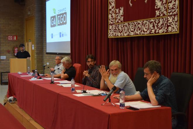 Mesa cos cinco debatintes.