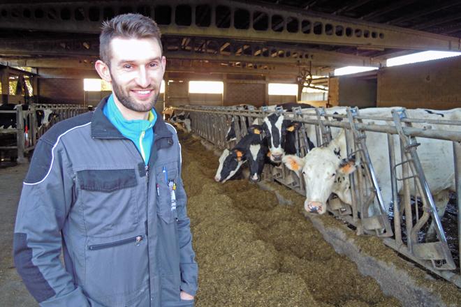 Iván Río Lorenzo coas vacas da explotación familiar na Portela, en Narla (Friol)
