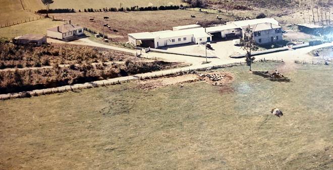 Imaxe da queixaría inicial e a carón o establo das vacas, nunha imaxe do ano 1990