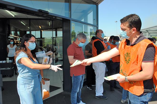 Entrega de información aos consumidores esta mañá ás portas do Lidl de Lugo