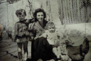 Monasterio, coa súa nai e a súa irmá e Tui a comezos dos 60