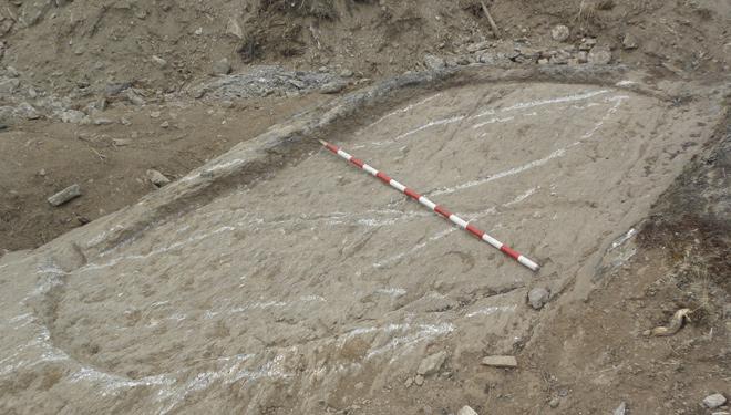 La retirada de la capa superficial de tierra que lo cubría permite ver ya la forma del lagar. // Foto José Fernández.