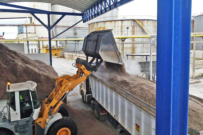 Camión cargando pulpa de remolacha nunha das plantas de Azucarera para trasladar a unha explotación