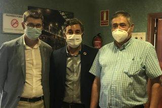 Román Santalla, a la izquierda, durante la reunión con el Gobierno cántabro.