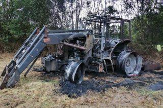 O Concello de Guitiriz nega ter recibido aviso para actuar no caso do tractor incendiado