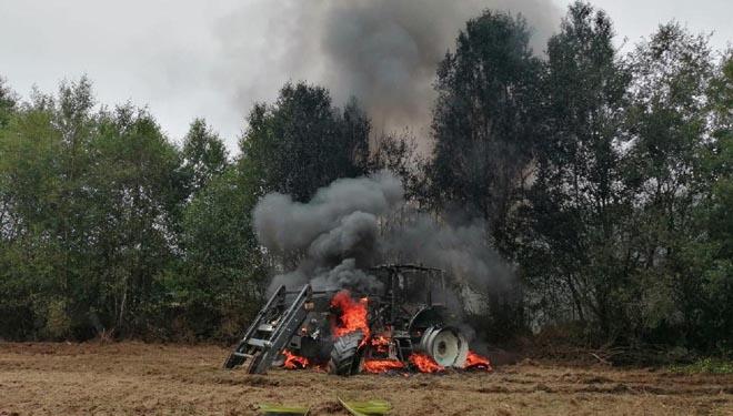 Denuncian que arde un tractor en Guitiriz por errores en los servicios de extinción