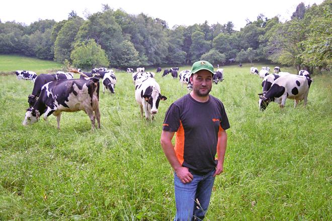 José Manuel, xunto ás súas vacas nunha das fincas nas que pacen na parroquia de Pacios