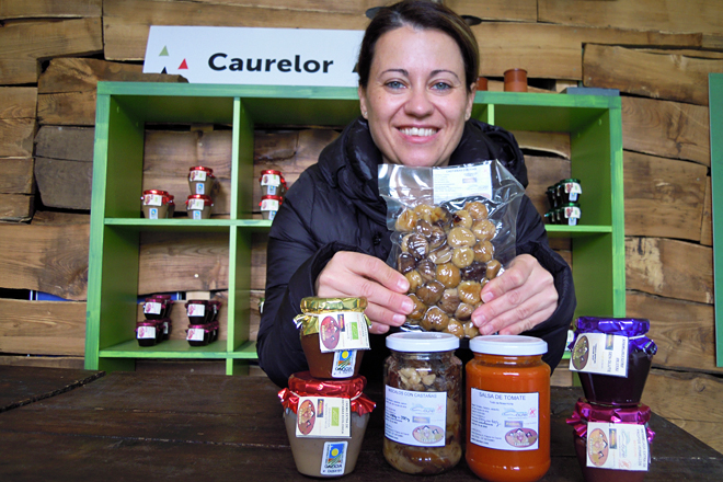 Verónica, na súa tenda-obrador de Espandariz (Quiroga), con algúns dos produtos que elaboran