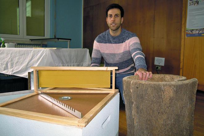 César, con algúns dos materiais que emprega nos cursos de apicultura que imparte