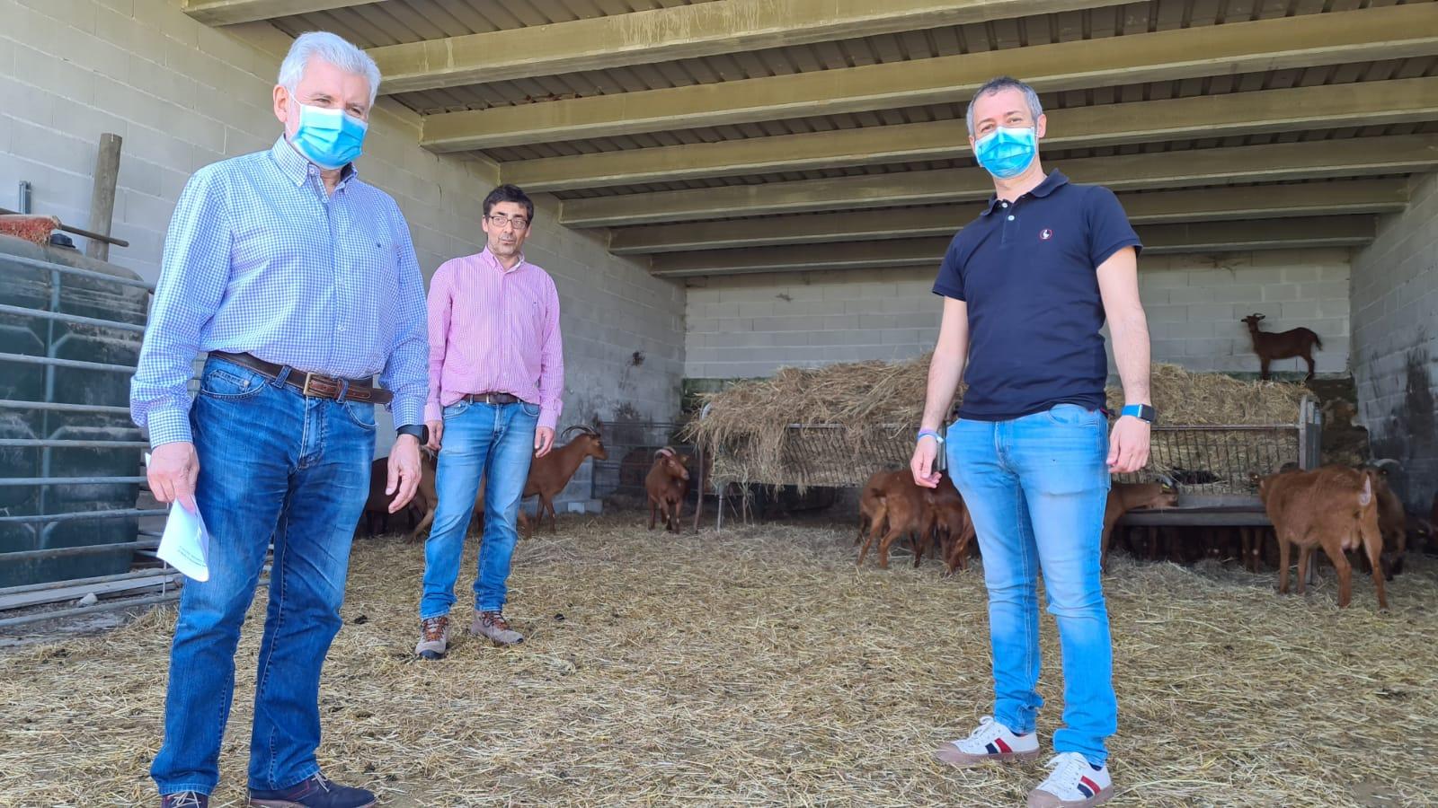 O pressidente do INORDE, primeiro pola esquerda, na visita a Finca Armariz