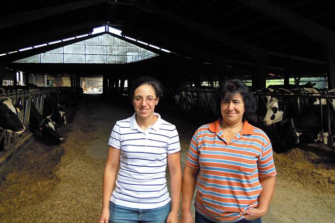Laura coa súa nai, Maricarmen, na nave de produción da explotación