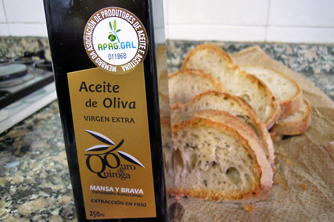 O selo da APAAG certifica que o aceite está feito con aceitunas de olivos plantados en Galicia procesadas nunha almazara galega, aínda que as variedades sexan foráneas