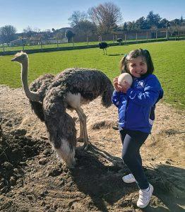Romina, filla de Mari Carmen e Ramón, cun dun ovo de avestruz
