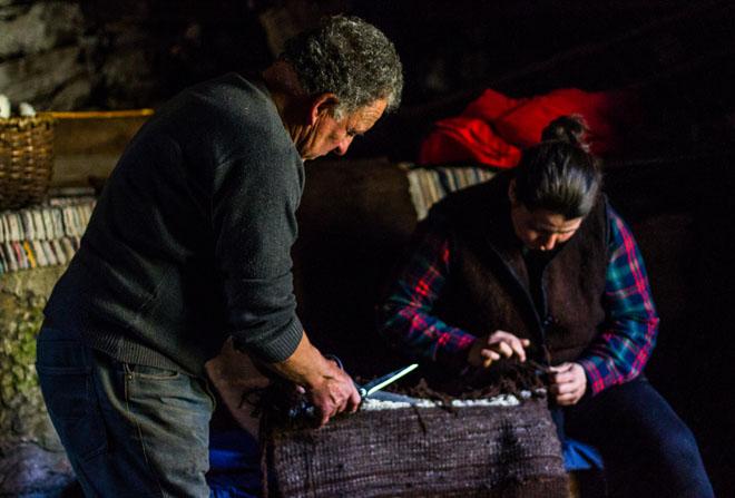 Paula está recuperando a produción de burel 100% artesanal. / Cedida.