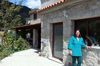 Paula ante a súa casa, en Cabril.