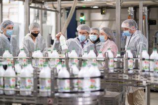 Feijóo quere transformar na comunidade tres de cada catro litros de leite producidos en Galicia