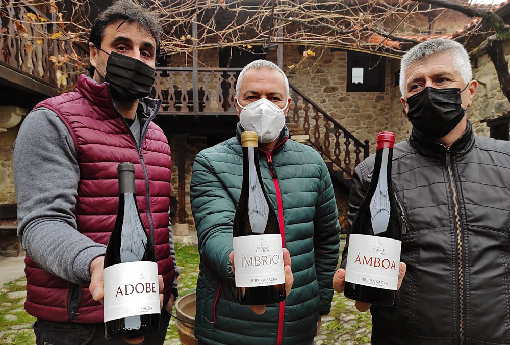 Elías, José e Manolo, no patio da Rectoral de Gundivós con tres dos viños que elaboran