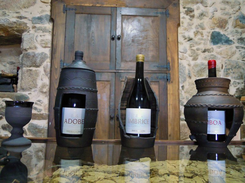Os distintos viños que elaboran e as pezas de olería que os acompañan