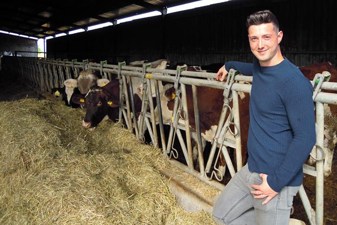 Álex, xunto ás súas vacas no Arneiro