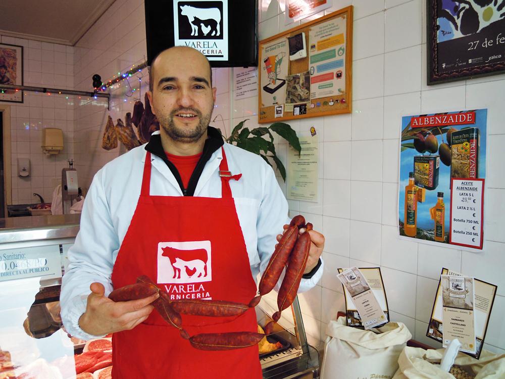 Felipe, na carnicería que ten en Lalín, cos chourizos que elabora seguindo unha receita tradicional da súa familia