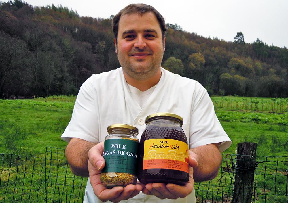 Iván, con dous dos produtos que elabora coas 150 colmeas que ten