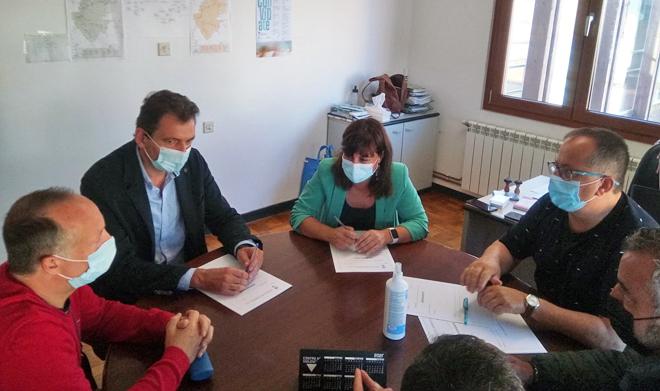 Momento da sinatura do convenio entre LugoMadera e o Concello de Barreiros o pasado mes de setembro